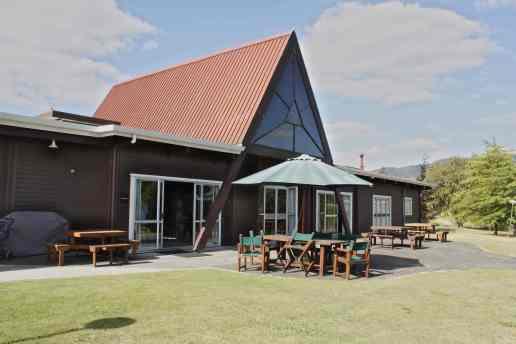 Das Hauptgebäude in dem Küche, Speisesaal und 2 Unterrichtsräume sind