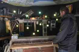 ein Klavier bei dem jede Taste mit etwas anderem verbunden war (Licht, Kasettenrecorder, Telefon,...)